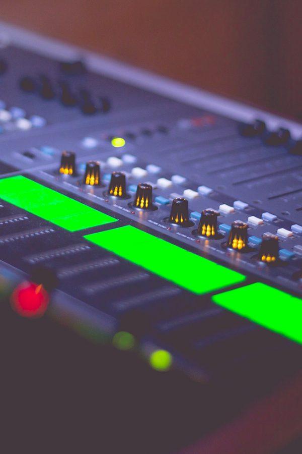sound-engineers-audio-music-mix-pult-picjumbo-com